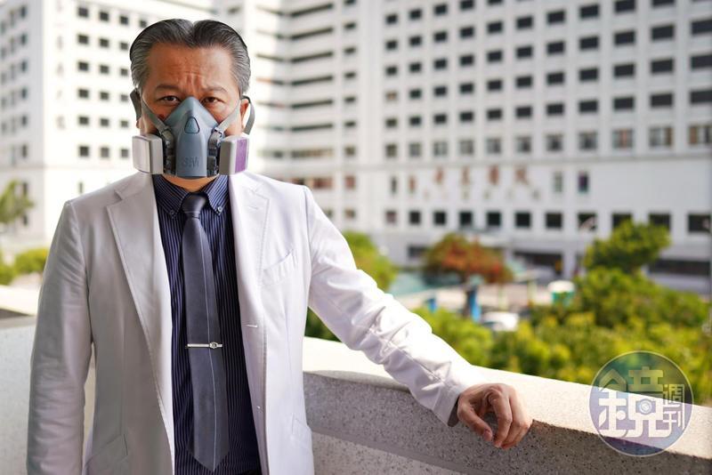 陳志金戴著當年診治SARS病患的口罩。