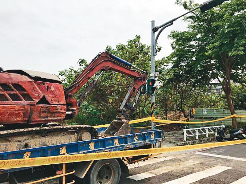 桶屍被埋在高雄橋頭區一處荒廢空地,地主請怪手整地時意外挖出。(翻攝畫面)