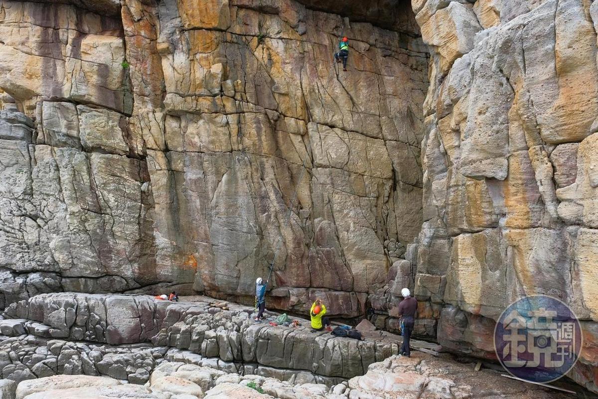 在看似平滑的岩石上找到踩點,需要很大的勇氣。
