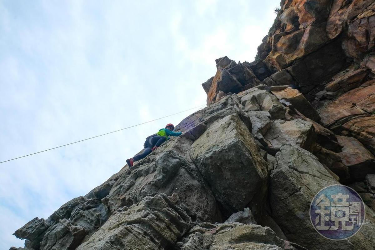 自然形成的岩壁有些平滑,有些則充滿踩點。