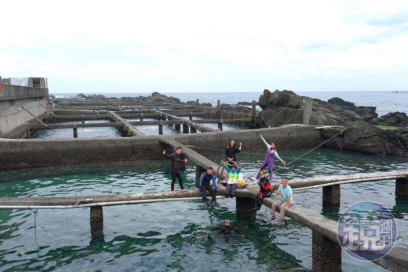 一口廢棄的九孔池,如今有不同的用途,也未海洋帶來色彩。
