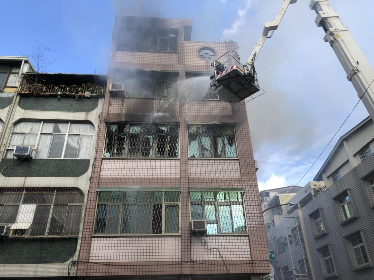 前高醫院長賴文德透天住宅失火,火勢猛烈竄燒。(翻攝畫面)