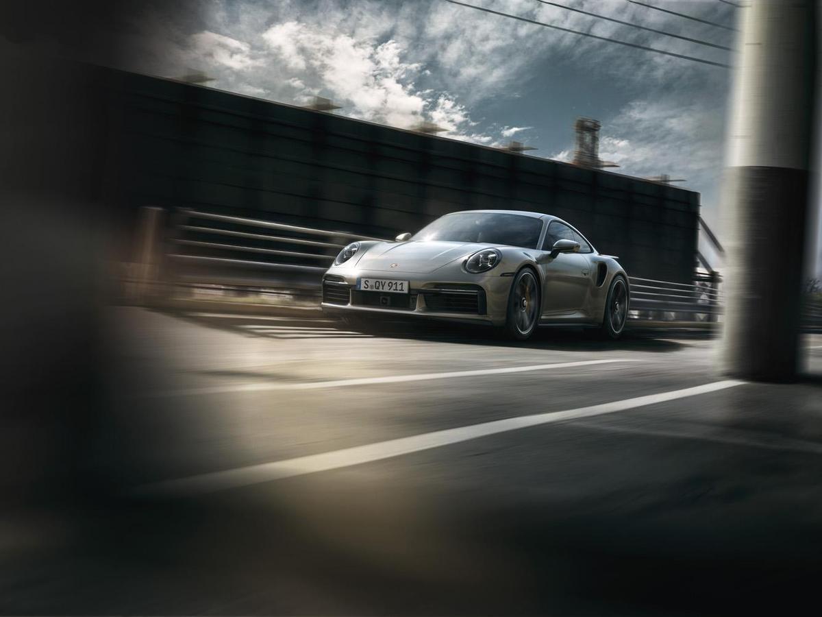 911 Turbo S具備三項主動式空氣力學部件:全新設計的主動式冷卻空氣閥門、可變式前擾流翼,與可延伸、調整傾斜角度的尾翼。