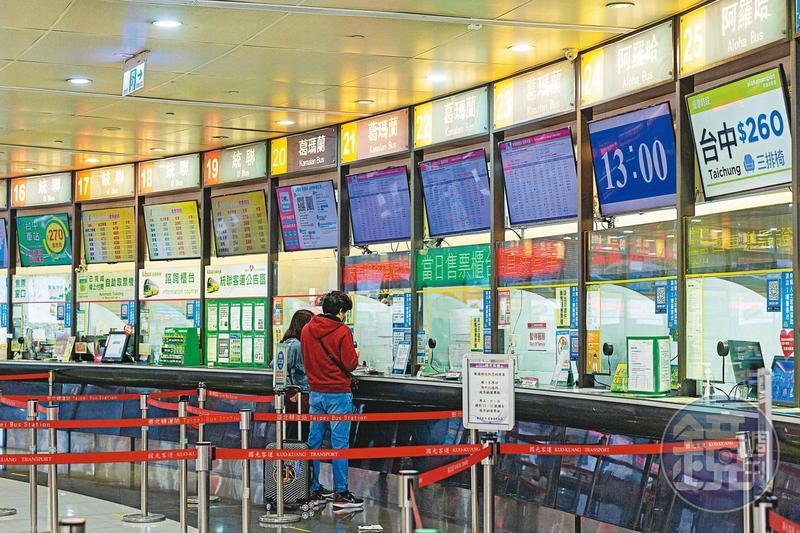 疫情爆發後,各大轉運站的售票口已不見過往排隊人潮,即便在週末前一天也不例外。