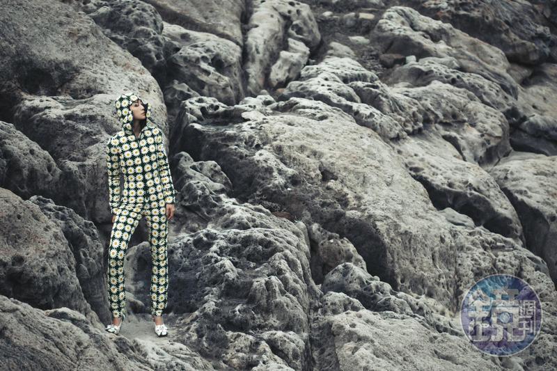 雛菊連身褲裝 價格店洽、雛菊方頭高跟鞋 NT$35,700 by MONCLER x Richard Quinn。