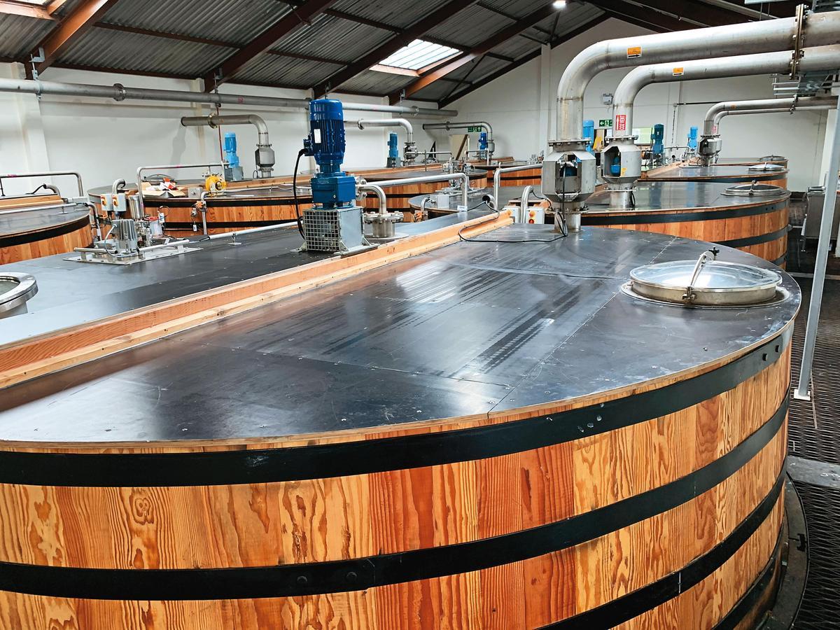 發酵槽都透過電腦控制,發酵時間長達85個小時,這裡更是讓酒質有蠟味感(Waxy)的關鍵。