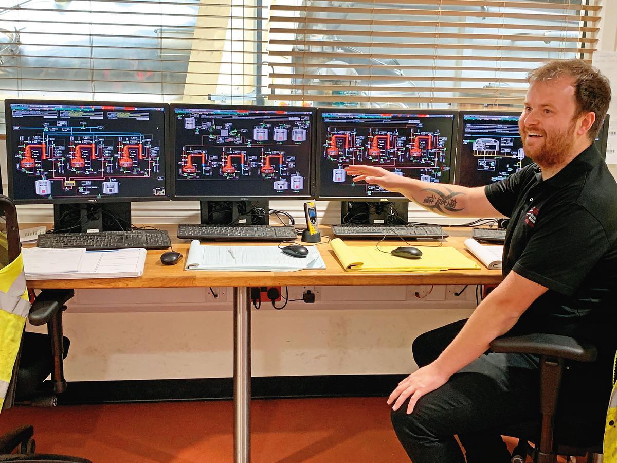 酒廠工作人員共有8人,資深技師如酒廠經理Steward、資深運作蒸餾師Richard,會在控制室裡觀察、監控製程細節。