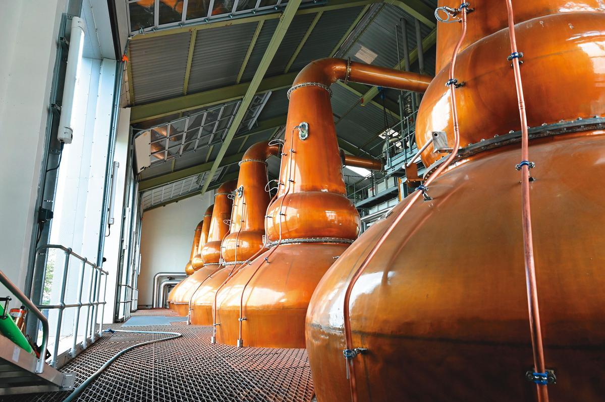 酒廠的蒸餾器有3對(6支),整個蒸餾室看過去很壯觀,整體設計就像櫥窗展示著蒸餾器一般,雅墨、皇家柏克萊等酒廠當年同屬聯合酒業,都採相同設計。