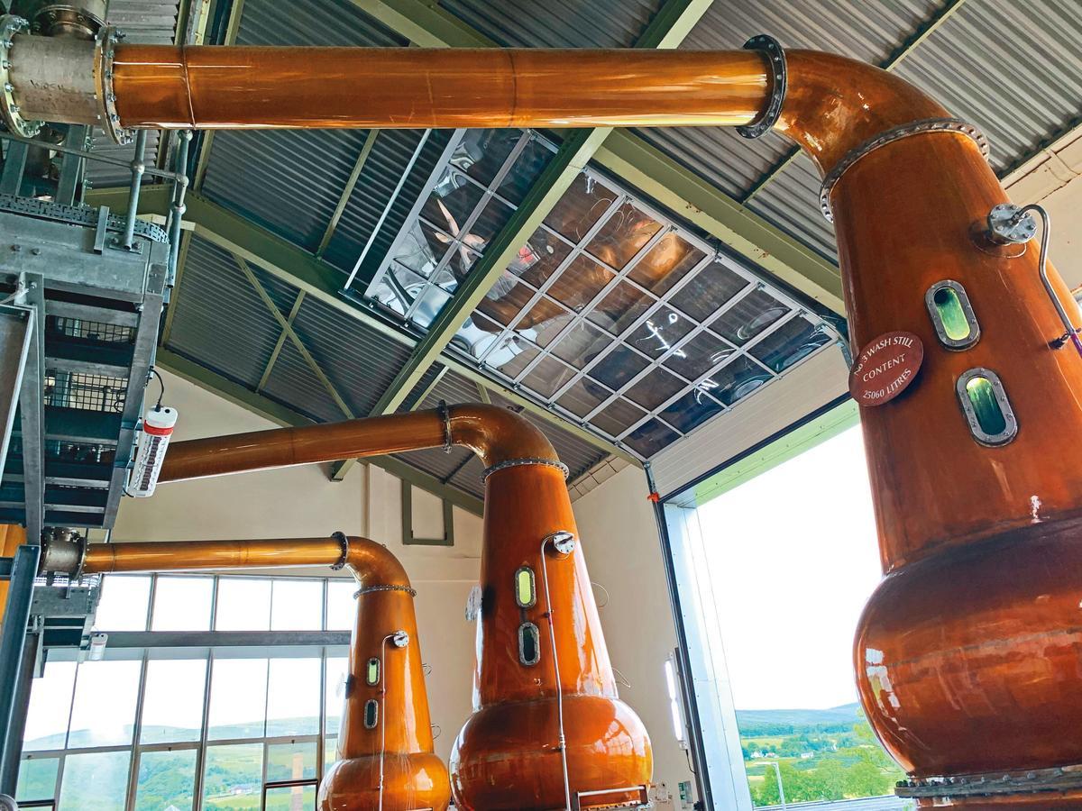 蒸餾室採半開放式,因此架設網子防鳥飛入,蒸餾器的林恩臂相當水平,沒有上翹或下斜。