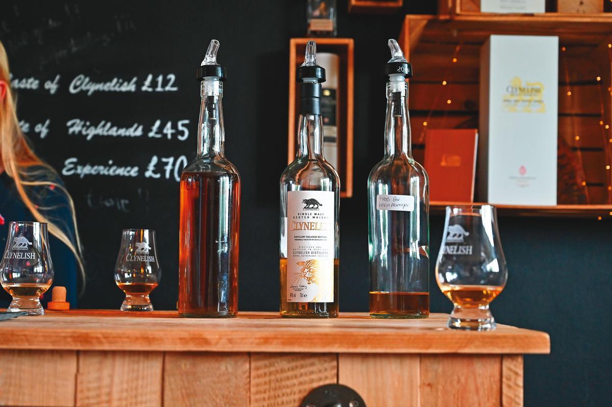 左為10年(無酒標),首屆高地威士忌節限量,酒精度57.3%。中為限定版,有代表性Waxy感,酒精度48%。右為1988年原酒,酒精度59%。