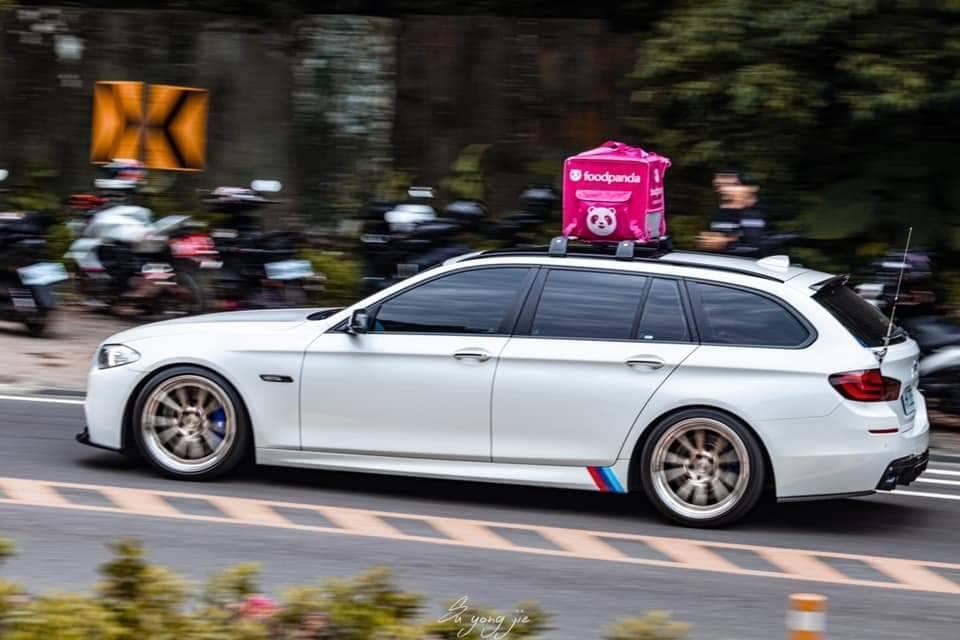 網友分享其他「外送名車」,有BMV還有聯結車等等,十分有趣。(翻攝自爆廢公社)