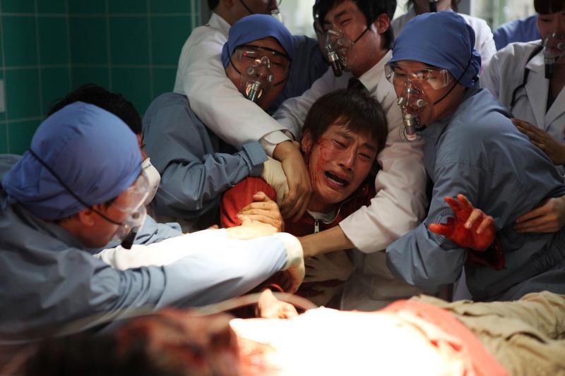 《流感》雖是七年前舊片,但與今日疫情卻有滿滿既視感,隔離區人倫慘劇叫人不忍卒睹。(車庫娛樂)