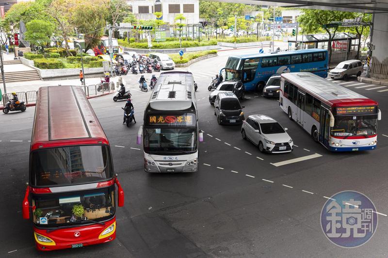 國道客運是特許行業,一旦申請路線,即便空車來回也得跑完全程,導致獲利成效不彰。