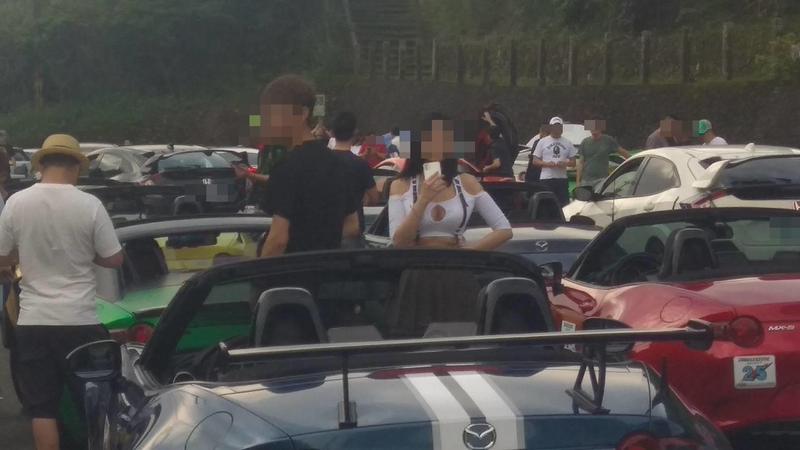 車聚中一名女性身材姣好,吸引網友注意。(翻攝自網路)