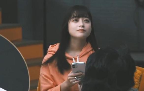 橋本環奈拍攝廣告期間頻頻抬高下巴。(翻攝自Youtube)