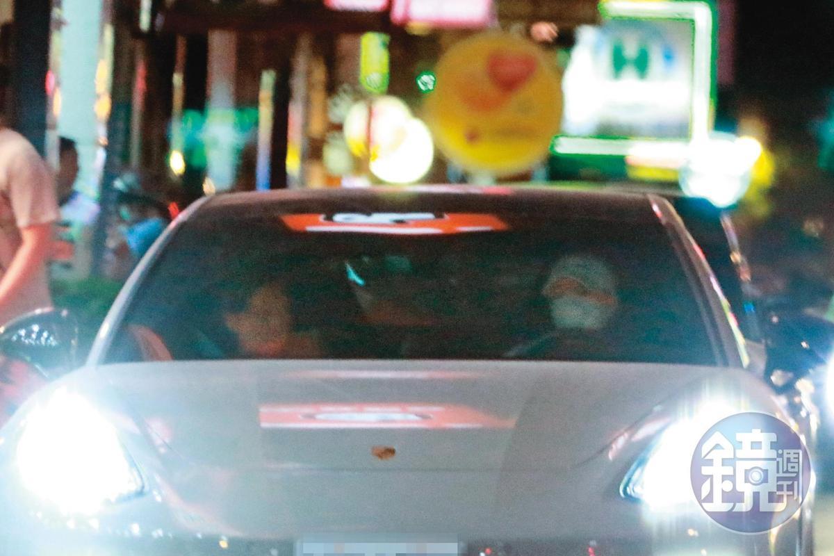 5月1日18:48,蕭敬騰(右)與Summer(左)獨處一車,即使在節目上的「認愛」發言引起風波,依舊不影響兩人情誼。