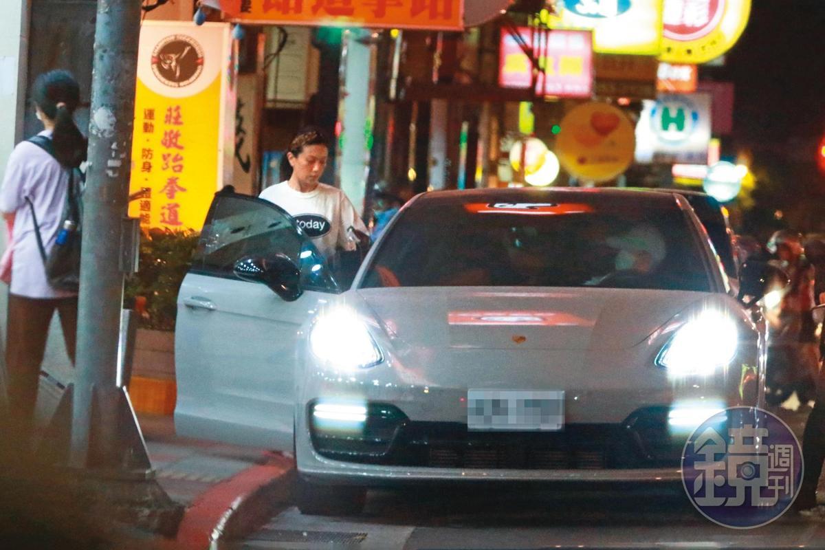 5月1日18:47,熟門熟路摸進蕭敬騰的車後,Summer一起跟蕭家兩老慶生,可見她的重要性。
