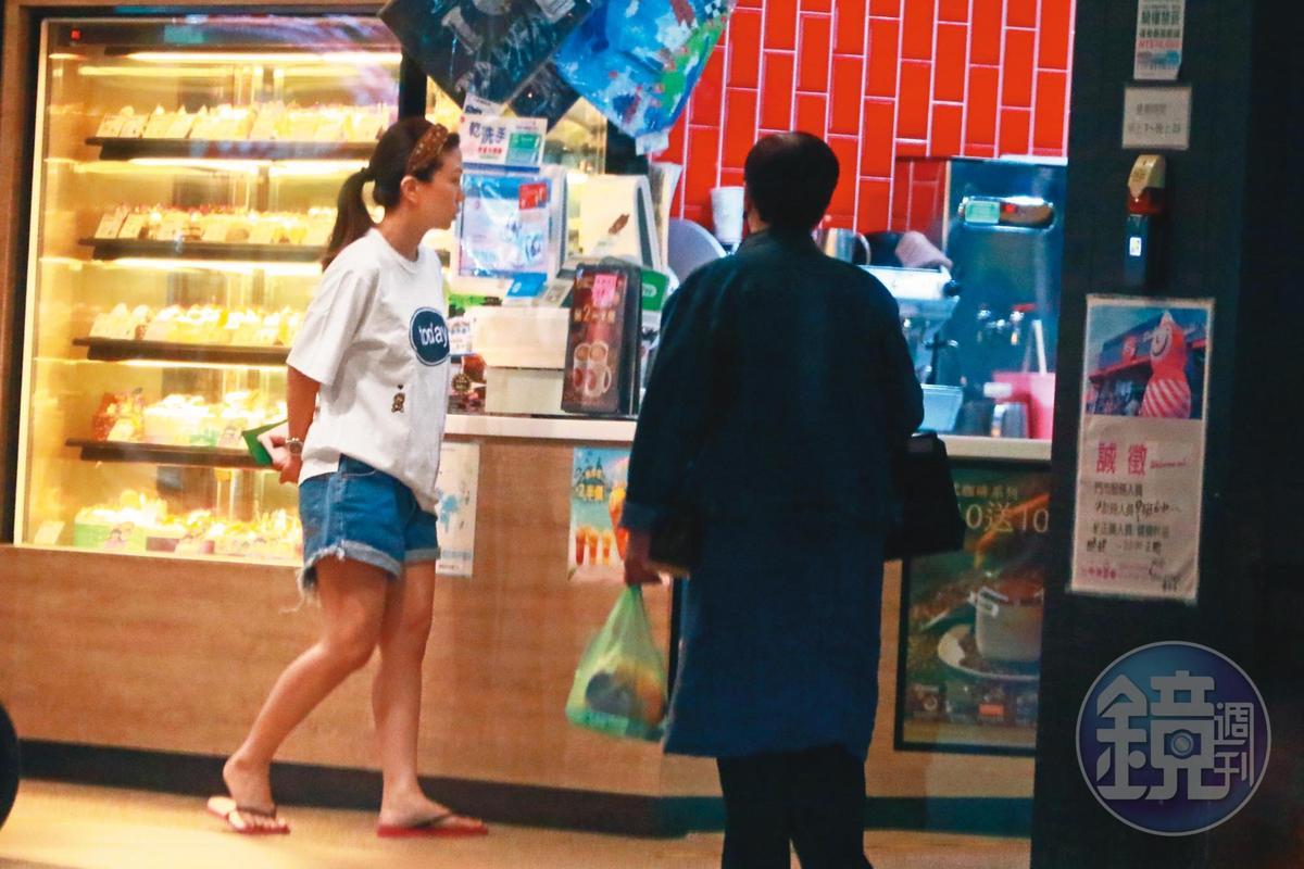 5月1日18:40,為了蕭爸爸的生日,蕭敬騰開車載著Summer(左),跑到平價連鎖咖啡店張羅蛋糕。