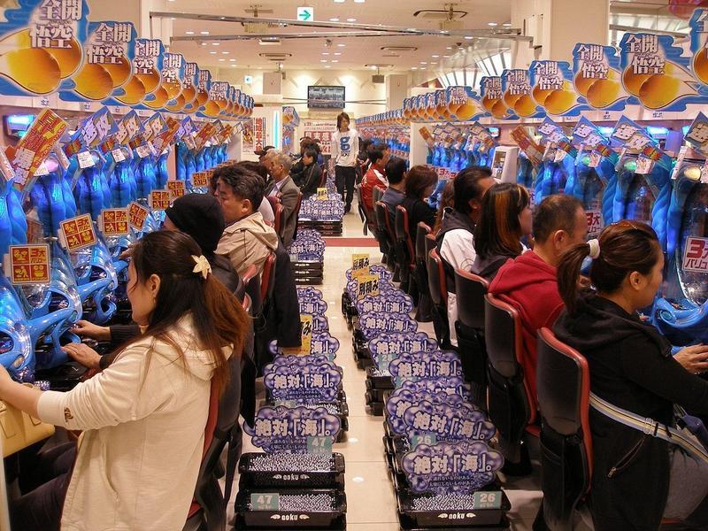 因預防武漢肺炎疫情擴散,日本柏青哥業者被政府要求停業。圖為位於大阪鬧區的柏青哥店。(圖片來源:WikiMedia, Tomi Mäkitalo攝)