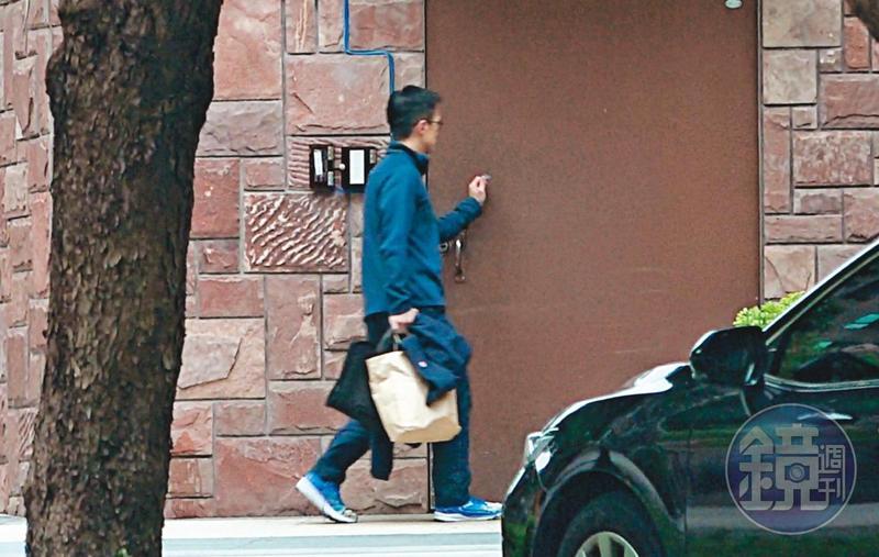 4/25  09 : 40 吳彭弘(圖)週六一早就出現在愛巢,熟門熟路地拿感應卡自行刷進去,儼然一副男主人的模樣。