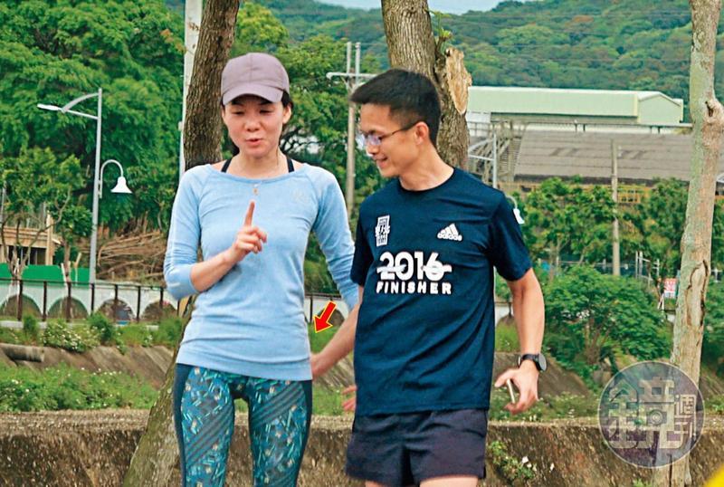 4/25 13 : 34,跑完步,吳彭弘(右)跟簡芳貞(左)在走回車子的路上不斷調情,吳似乎特別鍾情簡的臀部,拍打了許多下。