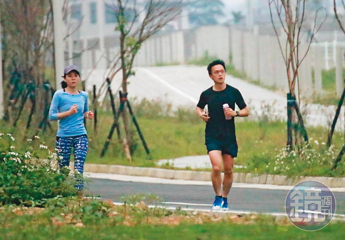 4/11  12 : 53,吳彭弘(右)與簡芳貞(左)週末約會的行程,都是一起到捷運山鼻站旁路跑,吳跑步架式十足,看起來體力過人。