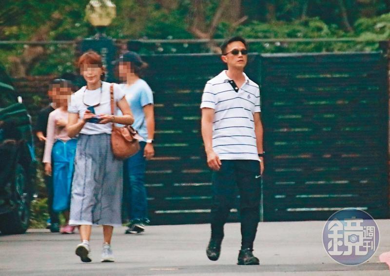 4/19  14 : 01 吳彭弘(前右)與妻子(前左)結婚多年,夫妻倆雖然還是會同進同出,但2人互動看起來卻很疏離。