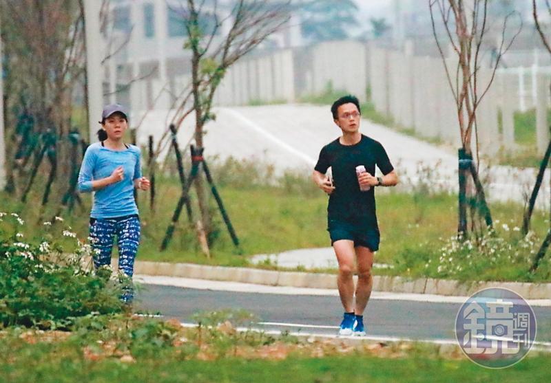 4月11日 12 : 53,吳彭弘(右)與簡芳貞(左)週末約會的行程,都是一起到捷運山鼻站旁路跑,吳跑步架式十足,看起來體力過人。
