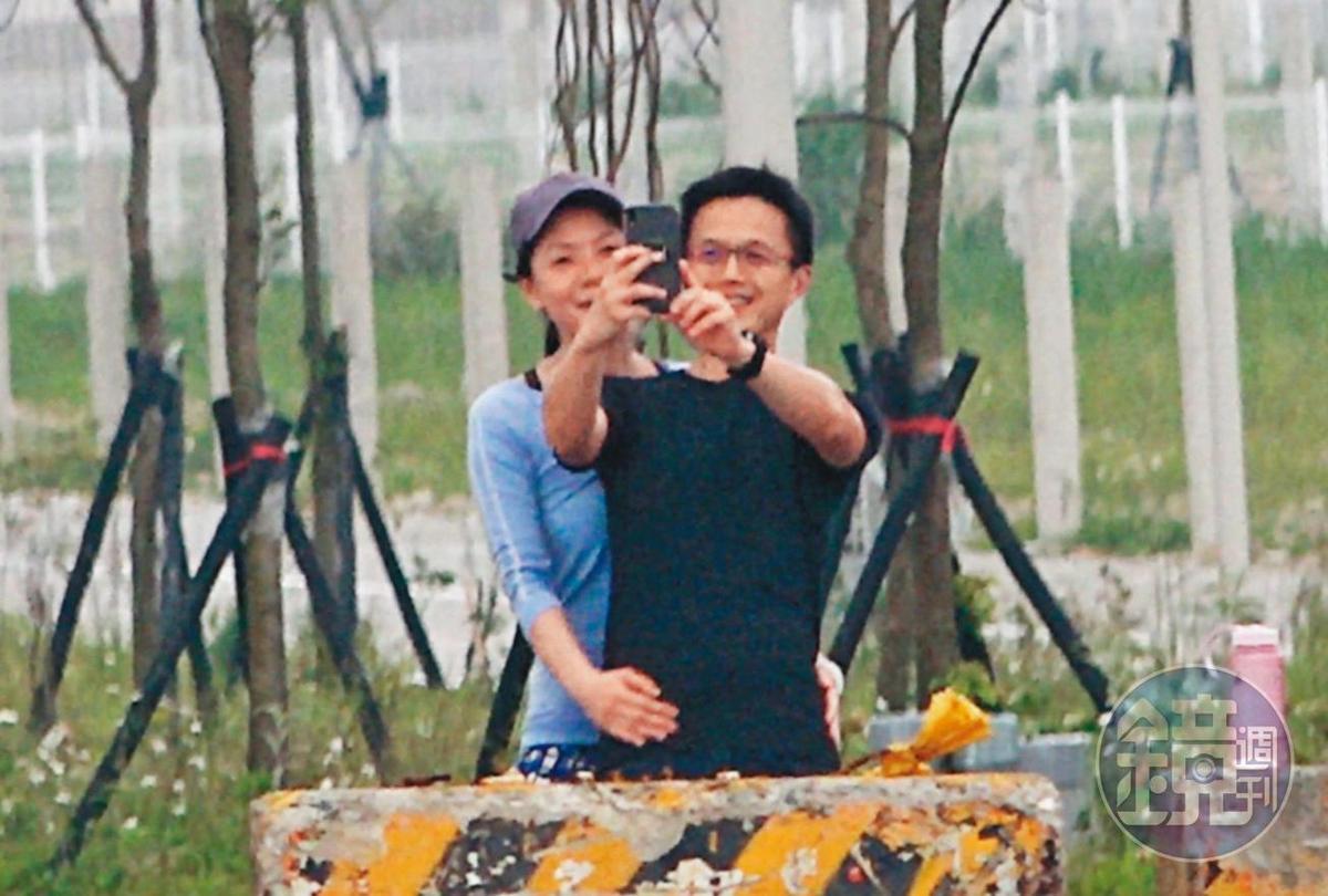 4/11  13 : 01,簡芳貞(左)熱情環抱著吳彭弘(右)自拍,2人臉上都掛著燦爛笑容,沉醉在甜蜜的氛圍中。