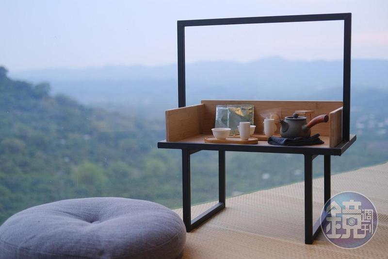 「迎山」客房貼心為旅人準備好行動茶席,茶席前便是開闊山景。