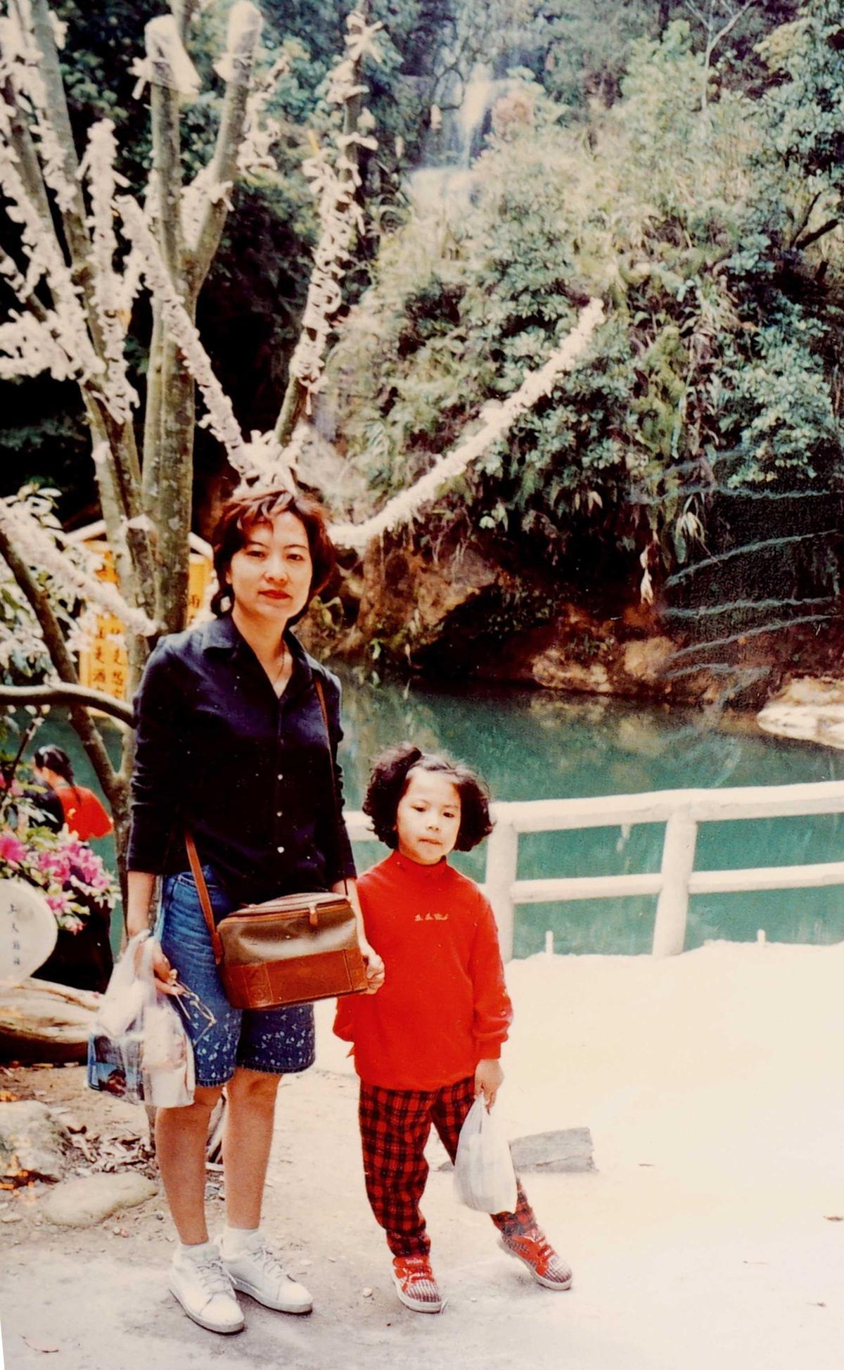 江佩津在迷你倉儲還保留著母女出遊的照片。(江佩津提供)