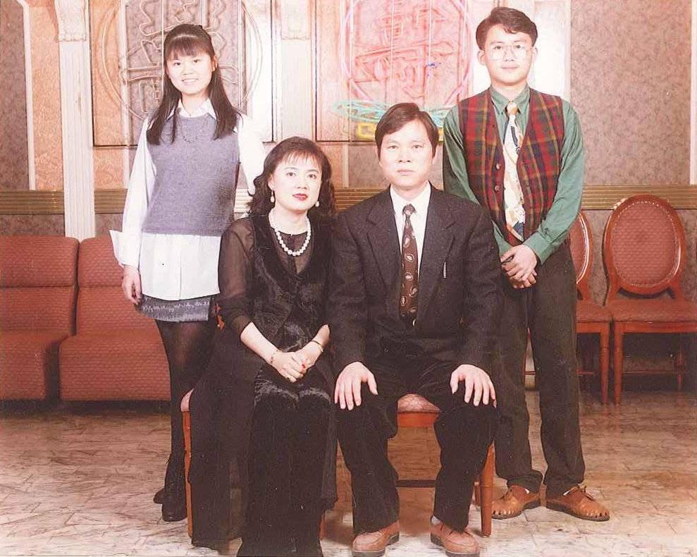 潘威志(後排右)的父親潘慶瑞(前排右),是研發台灣700CC塑膠飲料杯的始祖。前排左為母親、瑞興工業總經理陳麗杏。(潘威志提供)