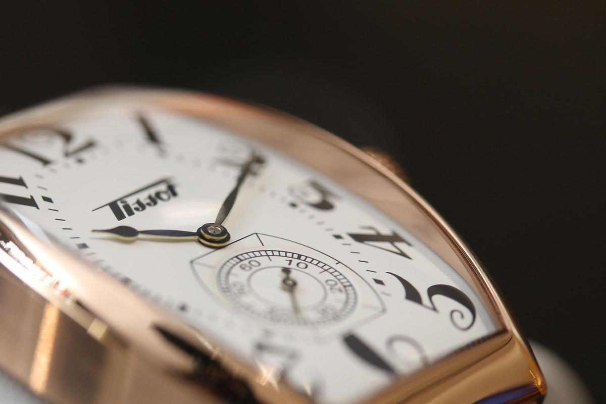 Heritage Porto的錶殼線條角度更大,配上醒目的阿拉伯數字時標,整個面盤立體感十足。