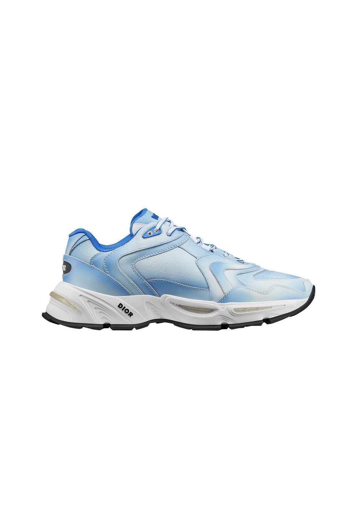 CD1藍色漸層網孔休閒鞋。NT$40,000。(Dior提供)