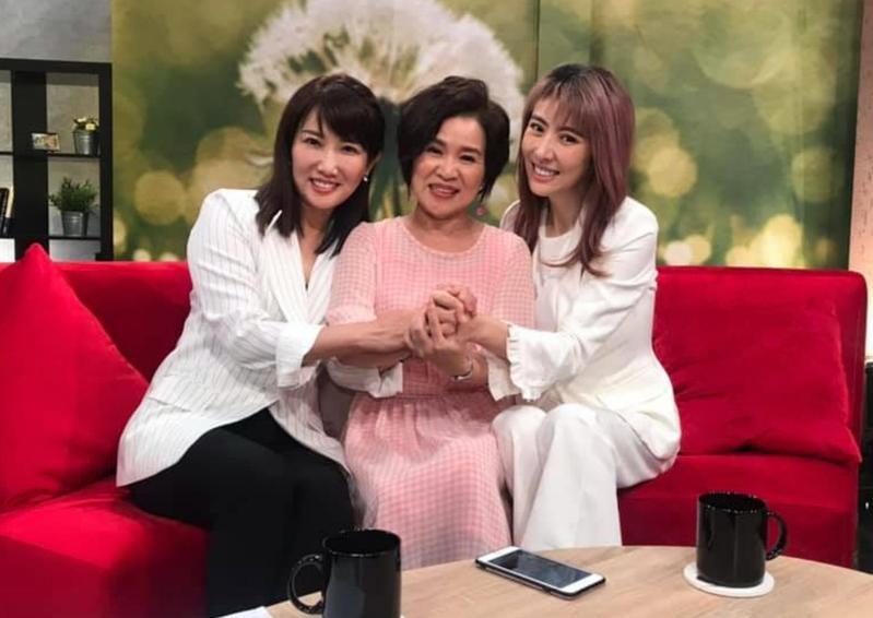 女星李宇柔(右)上節目談救子過程,故事像《戲說台灣》一樣離奇。(翻攝自李宇柔臉書)