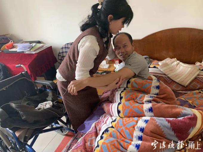 中國一名女子堅持帶癱瘓的丈夫改嫁,並決定要一輩子照顧他。(翻攝寧波晚報)