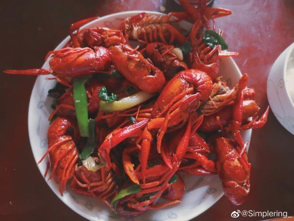 中國傳出存於甲殼類動物間的病毒,但中國人民疑似無感,照樣大啖小龍蝦。(翻攝自微博)