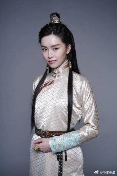 與Angelababy同期出道的港星文詠珊將飾演趙敏,趙敏在不同版本裡分別由賈靜雯、張敏等人演出,相較之下文詠珊的知名度實在偏低。(王晶微博)