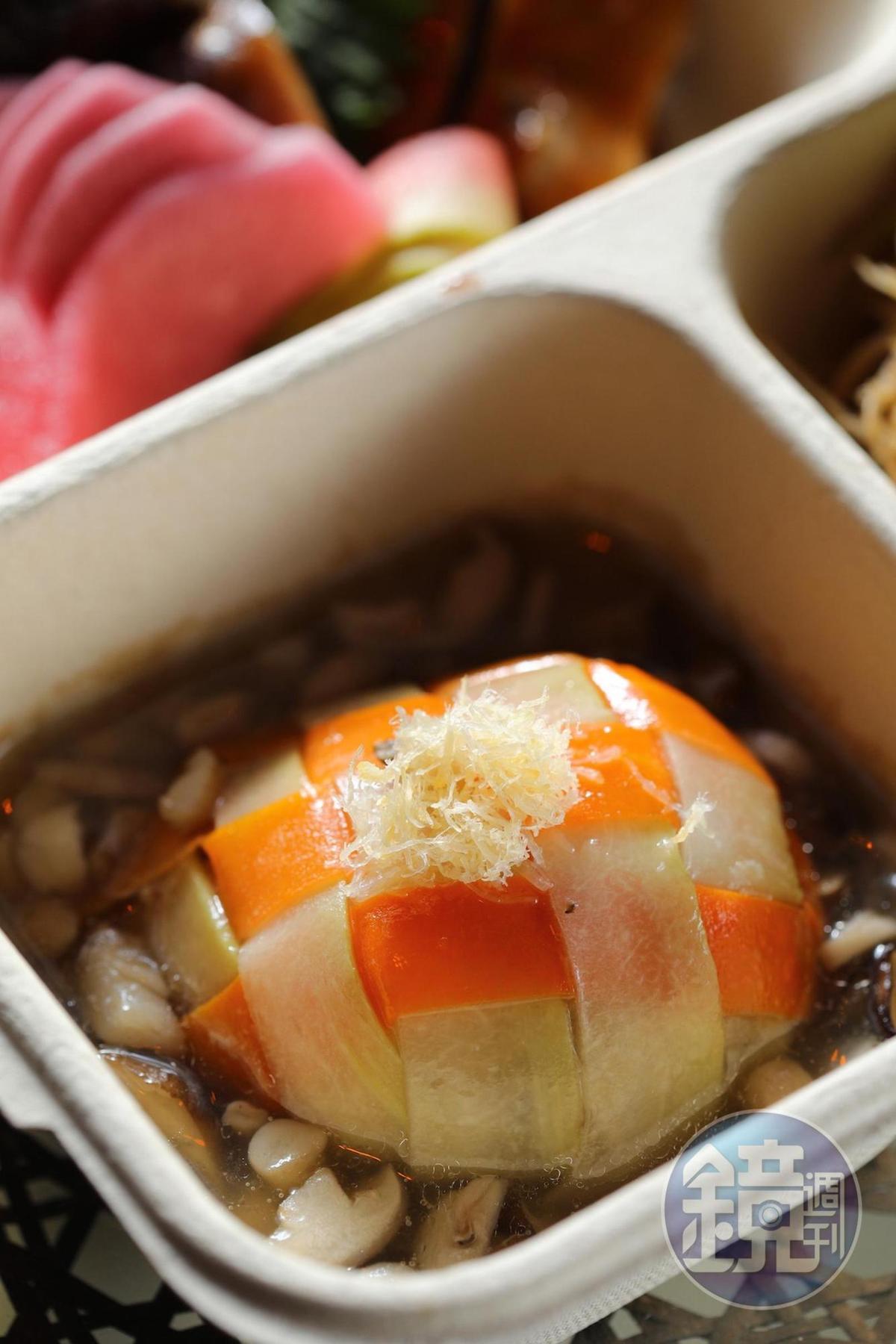 以有機紅蘿蔔、蒲瓜交織成十字花紋,淋上雞高湯的「蒲瓜封」十足費工。