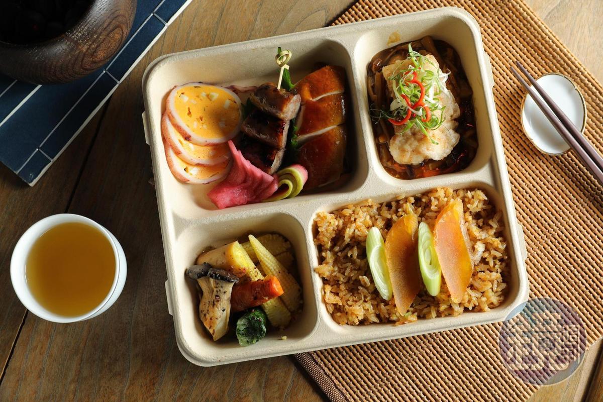 「富‧星級台式手工精緻餐盒」有高雄日曬酒香「烏魚子炒飯」,搭配經典台菜海鮮料理「五柳枝魚」。(380元/盒)
