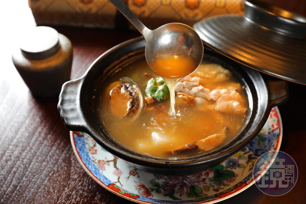 濃縮放山雞、豬肚、干貝、鮑魚、竹笙等菁華的「清湯四寶」收錄在「慈‧母親節六人外帶饗宴」與「四人外送合菜C組」中。(12,800元/套、4,880元/套)
