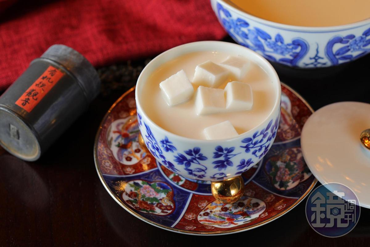 招牌甜品「手工杏仁豆腐」在3套價位不同的「四人外送合菜」中皆有。(3,680、4880元/套)