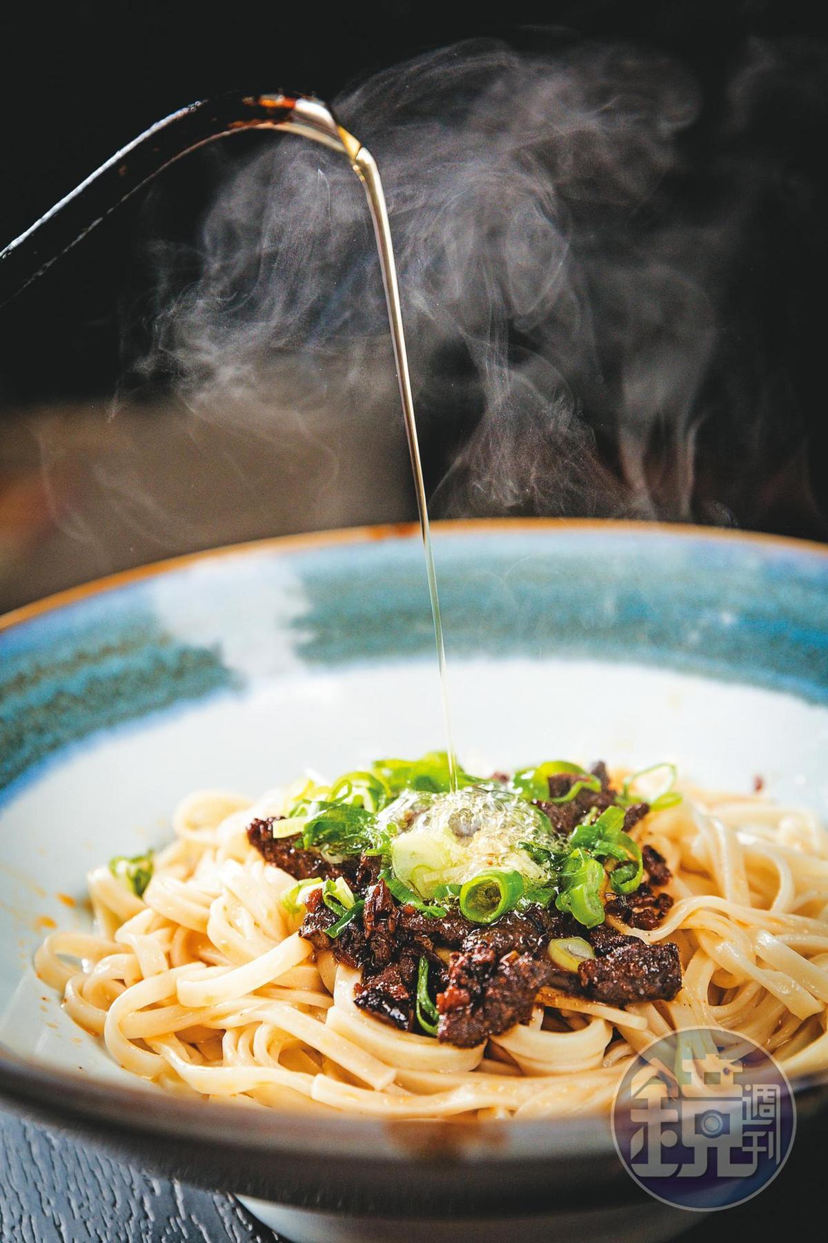 放上獨門椒麻和牛肉燥,撒點蔥花,最後再淋上滾燙的牛油,香味瞬間四溢。(和牛乾拌麵套餐,含雞湯及小菜/180元)