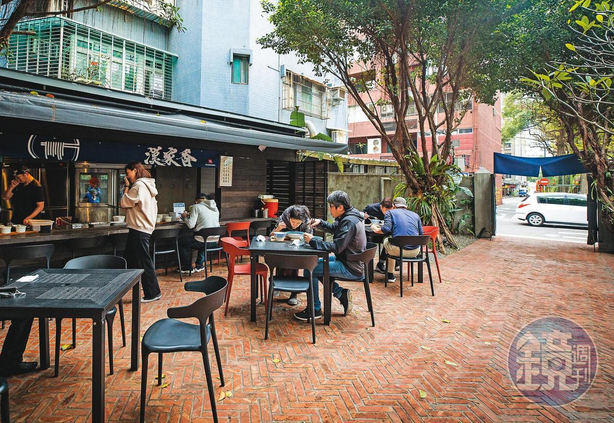 位在百年日式老宅庭院裡的麵店,一不心就會錯過。上門的多是街坊熟客,疫情之前也有不少觀光客。