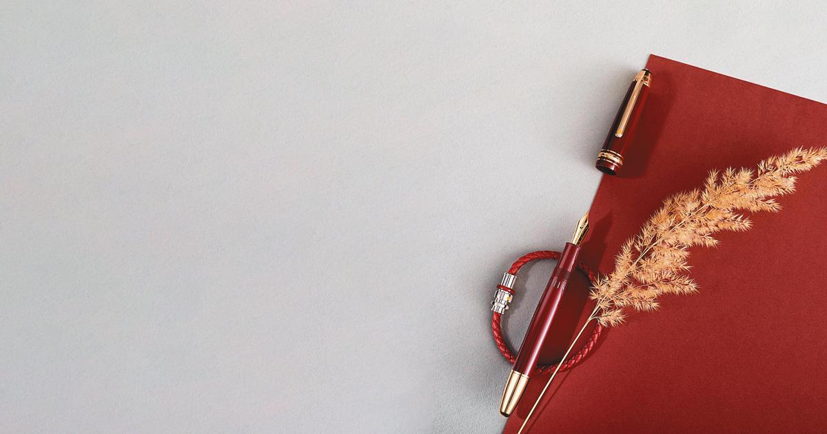 小王子系列書寫工具珍貴樹脂款NT$17,700~28,900、手環NT$10,700。(MONTBLANC提供)