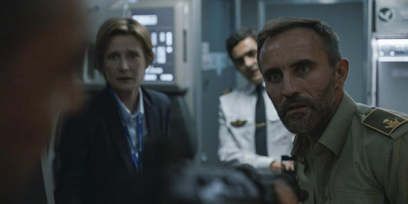 特雷佐(右)以武力強迫飛機起飛,告訴大家跑給太陽追,不然就死定了。(Netflix提供)