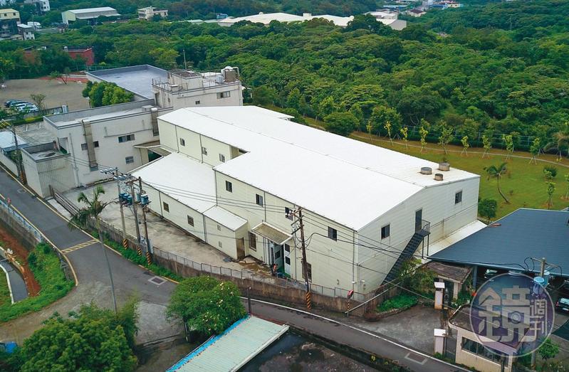 女會計陳碧足在一家飲水機工廠(白色建物)擔任會計多年,竟利用公司信任,侵吞公司工廠價值7千萬元的土地,圖為該工廠土地外觀。(讀者提供)