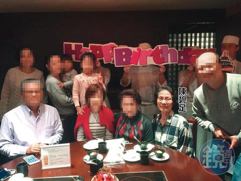 會計陳碧足現今已退休,無憂無慮展開第二人生,圖為陳女出席朋友生日會合照。(翻攝臉書)