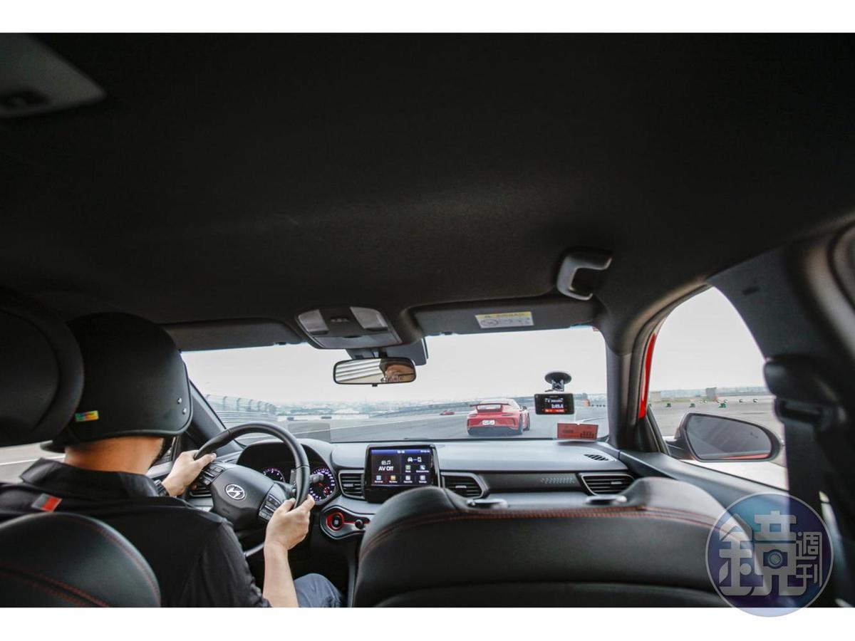 賽道上不會有突然衝出來的路人、小動物及三寶,可以完全專注在車輛的操駕上,聽著引擎高亢的聲浪及輪胎的尖叫,享受著身體被G力拉扯的痛快!