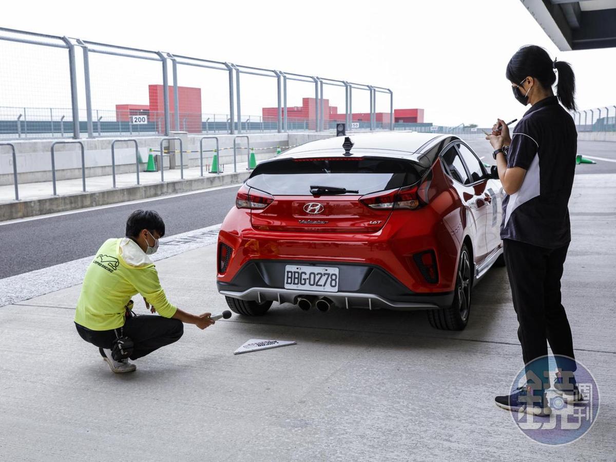 排隊通過麗寶賽車場的噪音檢測並貼上合格貼紙後,才能算具備下場的資格。